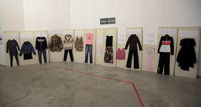 Выставка одежды жертв насилия в Алматы