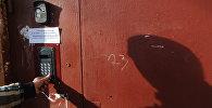 Входные дверь в подъезд жилого дома, архивное фото