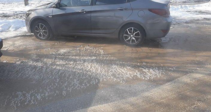 Прорвавшая из трубы вода залила улицу