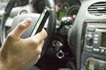 Мобильный телефон в руках водителя, иллюстративное фото