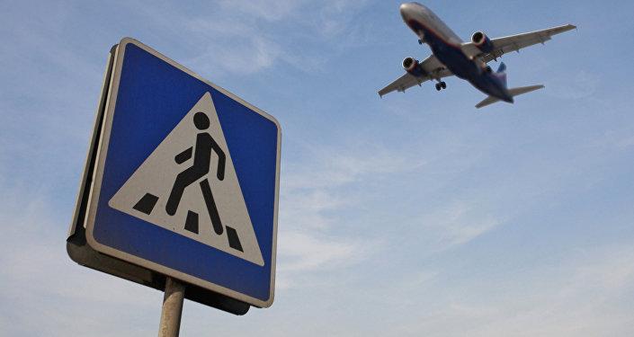 Знак пешеходного перехода по дороге в аэропорт, архивное фото