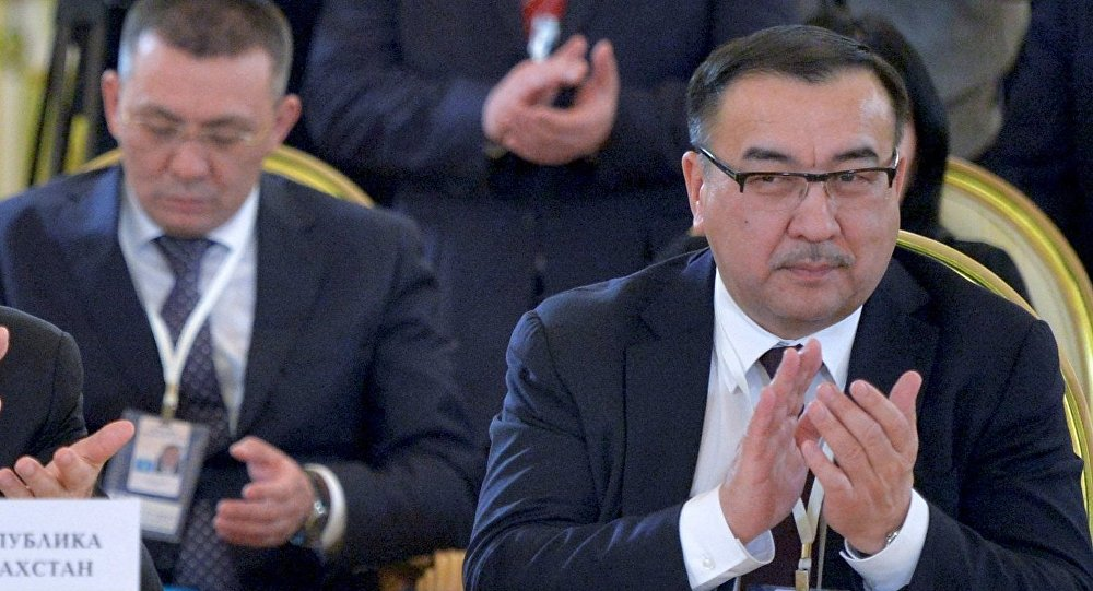 Помощник президента РК Нурлан Онжанов (справа), архивное фото