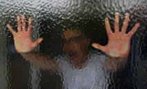 Мужчина на фоне окна