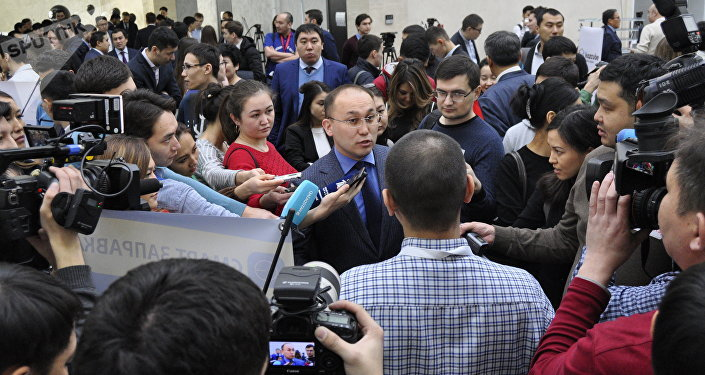 Даурен Абаев в окружении журналистов