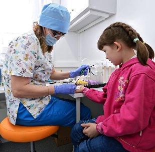 Врач берет у ребенка кровь на анализ, архивное фото