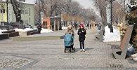 Гуляющие на улице люди