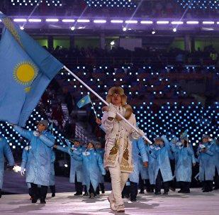 Зимние Олимпийские игры Пхенчхан 2018 года - Церемония открытия - Абзал Ажгалиев из Казахстана несет национальный флаг
