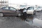 Toyota Corolla и Huyndai Accent лоб в лоб столкнулись в Алматы