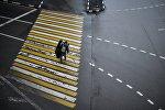 Мужчина идет по пешеходному переходу