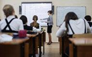 Дети на уроке, архивное фото