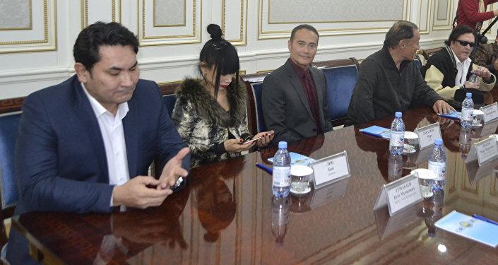 Марк Дакаскос (в центре)