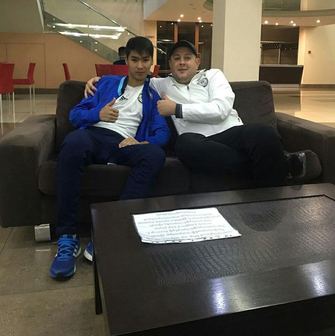 Старший тренер юношеской сборной Казахстана Александр Кузнецов (слева)  и казахстанский футболист Еркебулан Сейдахмет
