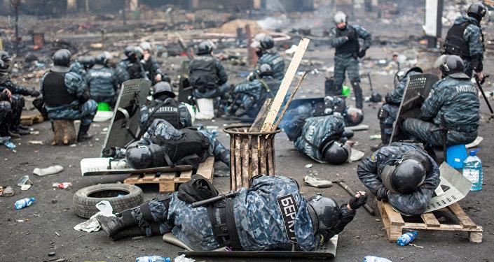 Сотрудники правоохранительных органов на площади Независимости в Киеве, где происходили столкновения митингующих и сотрудников милиции, архивное фото