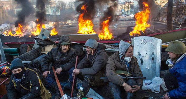 Сторонники оппозиции на баррикаде на улице Институской в Киеве, архивное фото