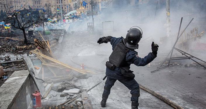 Сотрудник правоохранительных органов на площади Независимости в Киеве во время столкновения митингующих и милиции, архивное фото