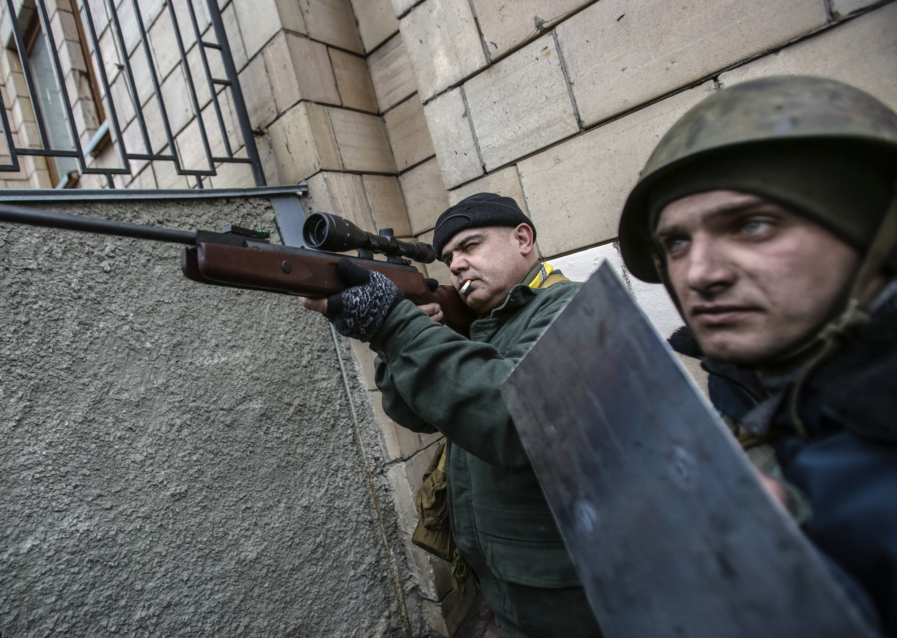 Сторонники оппозиции с оружием на площади Независимости в Киеве, архивное фото