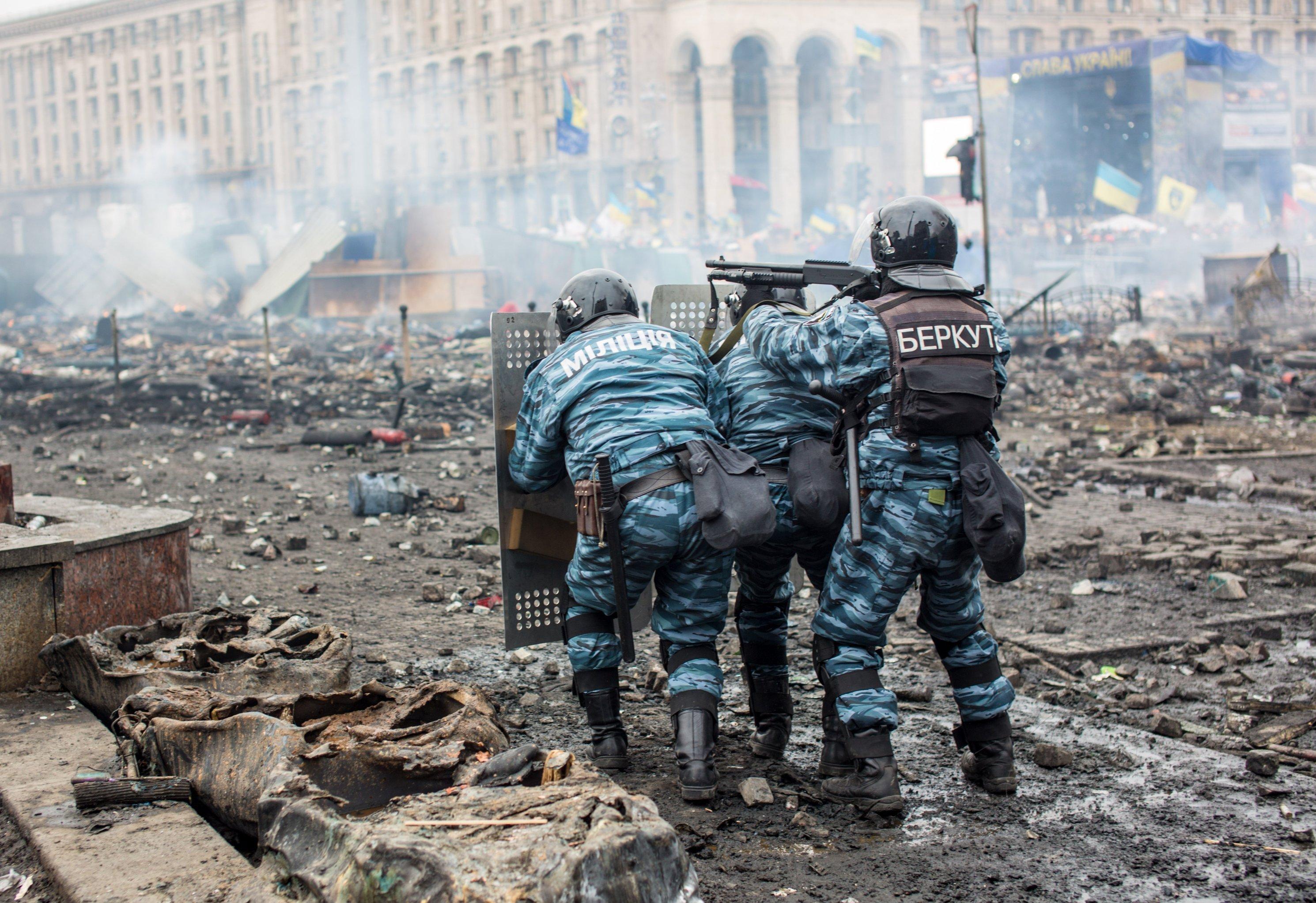 Сотрудники правоохранительных органов на площади Независимости в Киеве во время столкновения митингующих и милиции, архивное фото