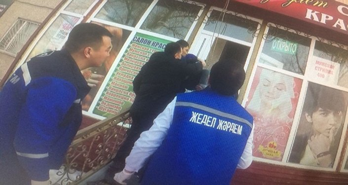 Бабушка упала с пятого этажа на крышу салона красоты в Таразе