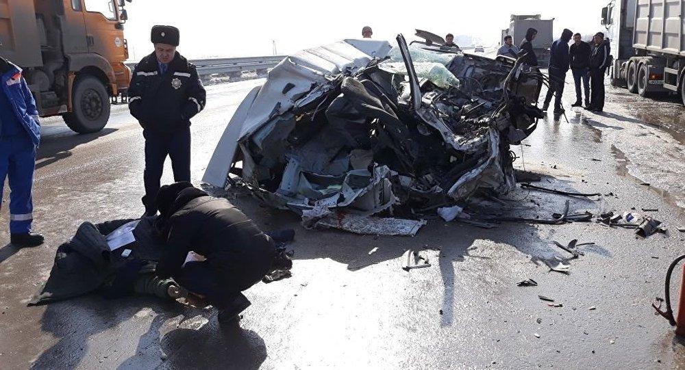 Цементовоз врезался в припаркованный на обочине грузовик