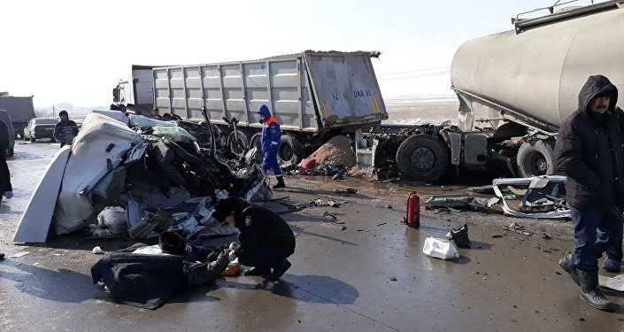 Цементовоз врезался в припаркованный грузовик