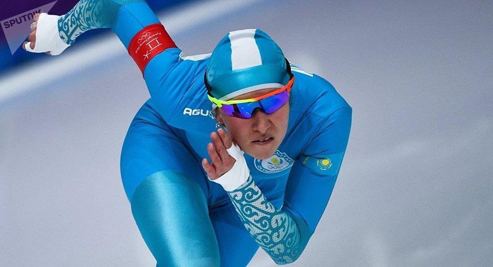 Екатерина Айдова  на дистанции в забеге на 1000 метров в соревнованиях по конькобежному спорту