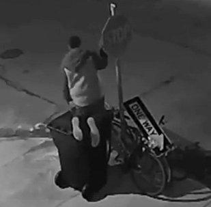 Крадет велосипед