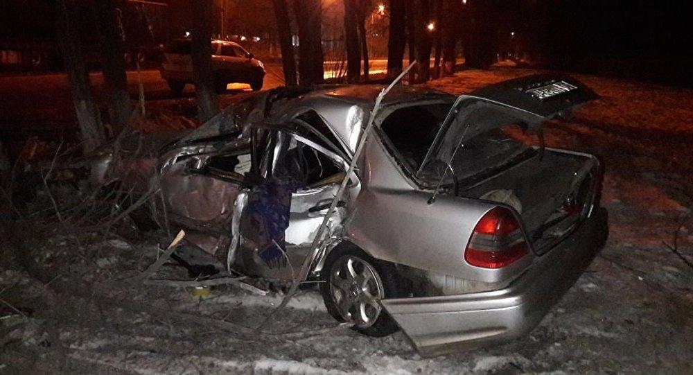 Mercedes перевернулся по проспекту Суюнбая в Алматы