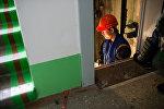 Рабочий в лифте, архивное фото