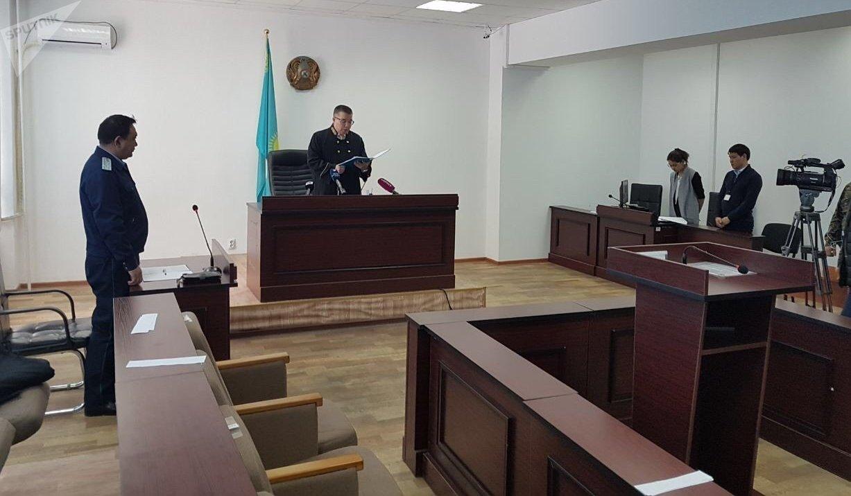 Судья зачитывает приговор по делу руководителей Казавиаспас Малика Досымбекова  и Казавиалесоохраны Толеугазы Сексенбаева