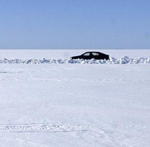 Автомобиль на занесенном снегом водоеме, архивное фото
