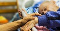 Тяжелобольной пациент в палате, архивное фото