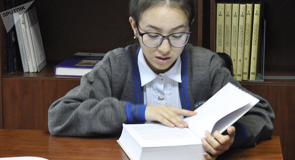 Школьники читают книги в Центре изучения алфавита на латинской графике