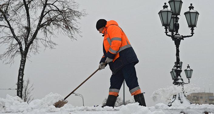 Дворник убирает снег в парке, архивное фото