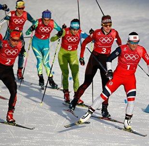 Анна Шевченко во время выступление в командном спринте  (на фото третья слева на заднем плане)