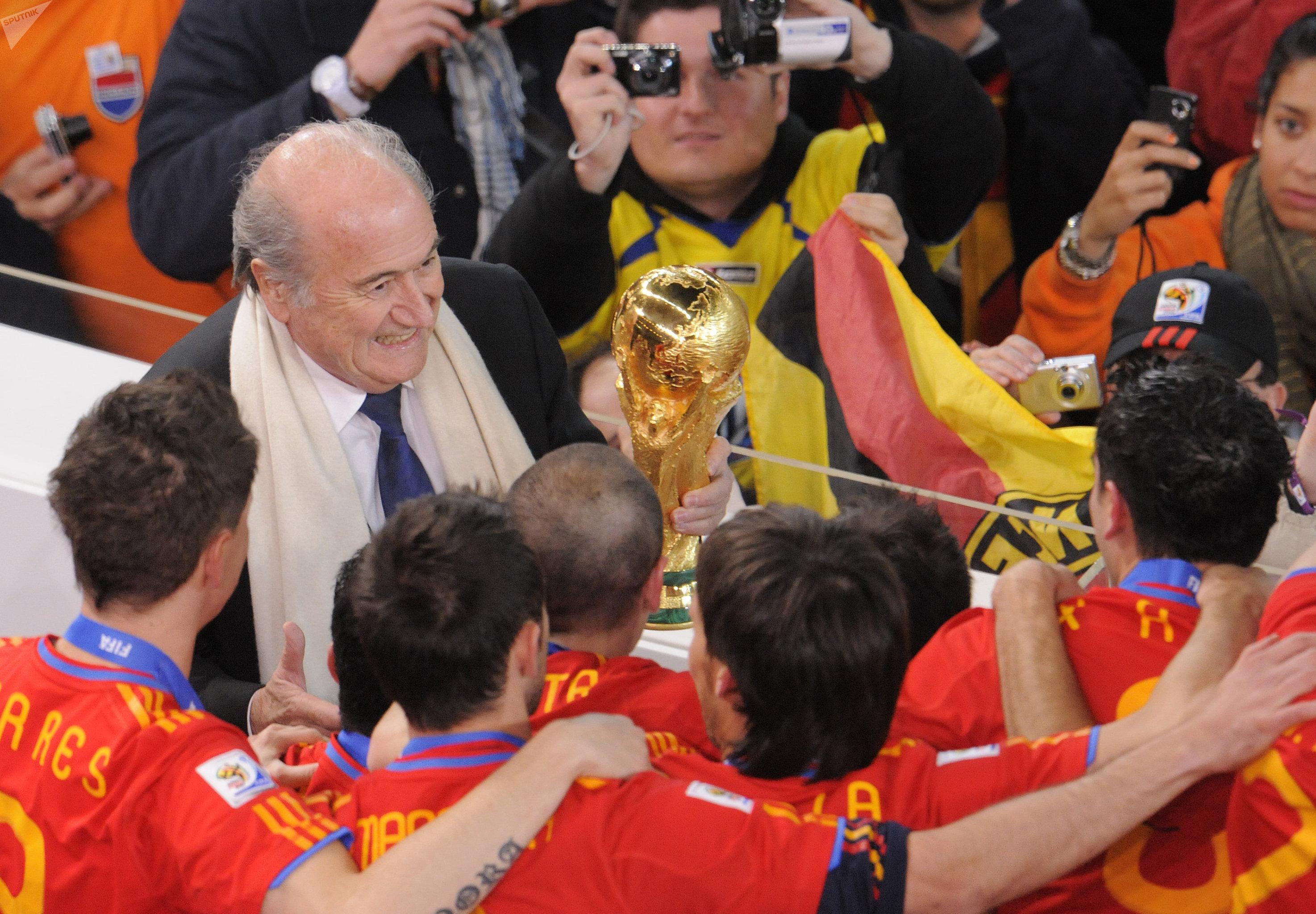Президент ФИФА Зепп Блаттер вручает Кубок мира по футболу триумфаторам турнира в ЮАР – национальной команде Испании, победившей в финальном матче сборную Голландии