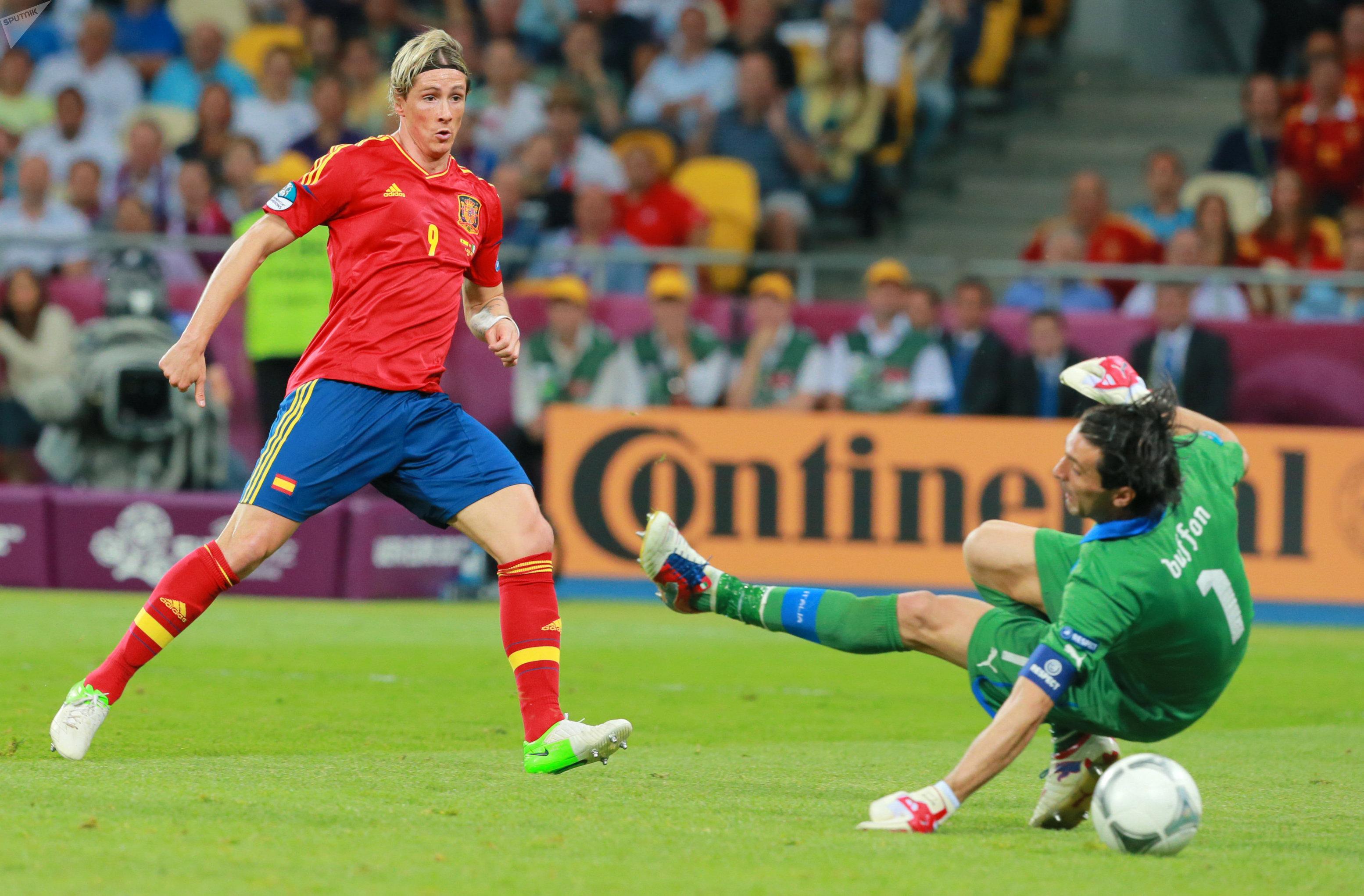 Испанский голеадор Фернандо Торрес оставляет не у дел итальянского вратаря Джанлуиджи Буффона в разгромном для скуадра адзурры финале Евро-2012, который красная фурия выиграла со счетом 4:0
