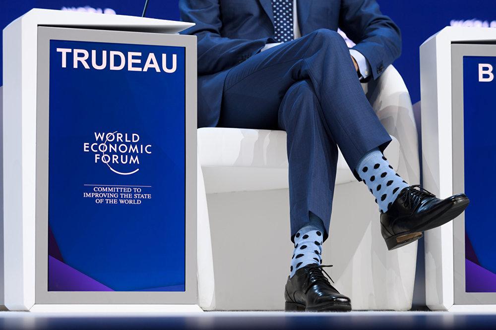 Носки канадского премьер-министра Джастина Трюдо привлекли внимание фотокамер во время ежегодного Всемирного экономического форума (ВЭФ) 23 января 2018 года в Давосе, восточная часть Швейцарии