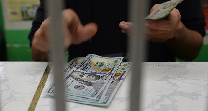 Обмен валюты в обменном пункте, архивное фото