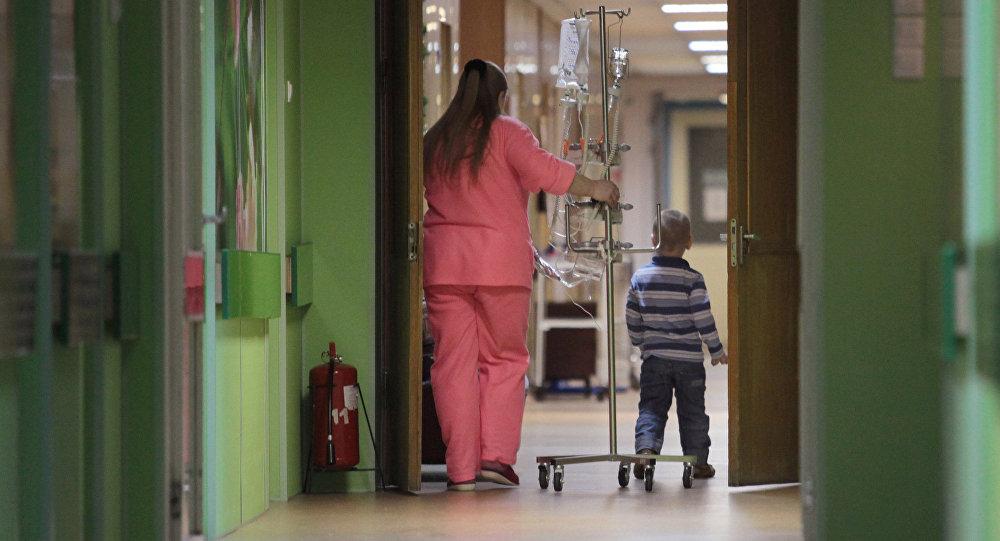 Медсестра и ребенок в отделении больницы, архивное фото