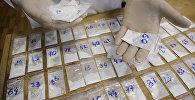 Экспертное исследование наркотического вещества - кокаина в экспертно-криминалистической лаборатории, архивное фото