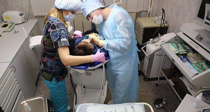 Пациент во время операции в клинической стоматологической поликлиники, архивное фото