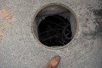 Открытый канализационный люк, архивное фото