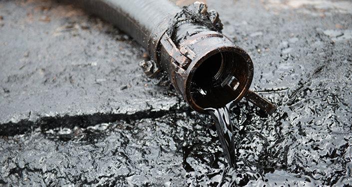 Шланг с неочищенной нефтью