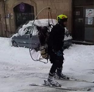 В Испании смельчак прокатился на лыжах с пропеллером на спине