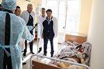 Вице-министр труда и соцзащиты Нуржан Альтаев навестил пострадавших при пожаре в общежитии на Карабатане
