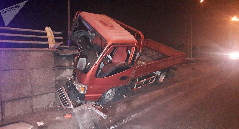 Водитель на угнанном автомобиле врезался в разделительную полосу