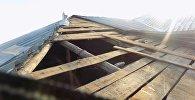 Кровлю крыши сорвало в жилом доме