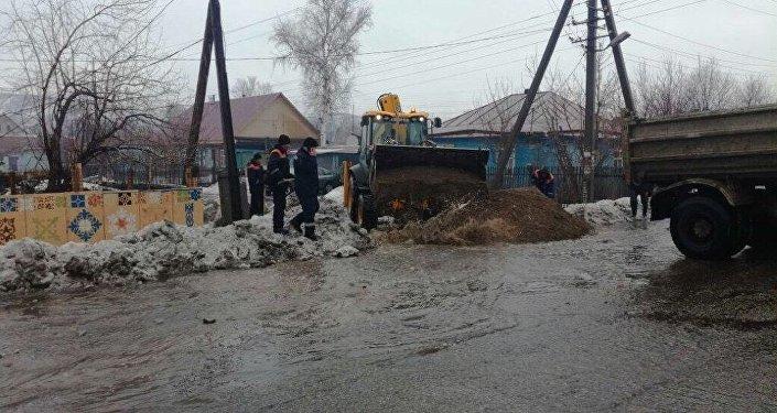 В ВКО обильные дожди привели к подтоплению нескольких дворовых участков и домов