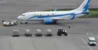 Пассажирский самолет казахстанской авиакомпании SCAT (СКАТ) в аэропорту, архивное фото