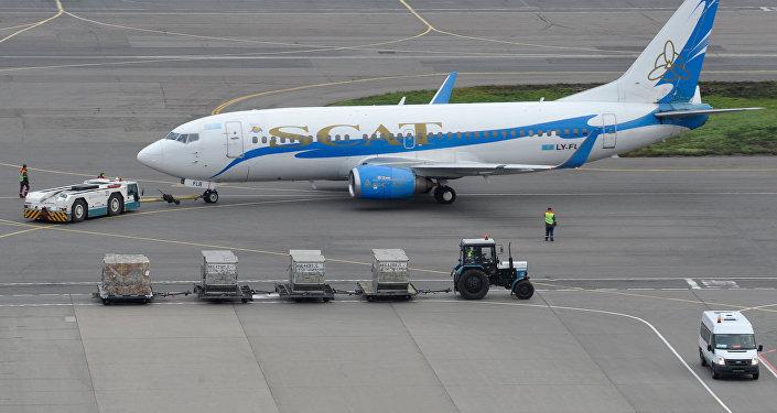 Пассажирский самолет SCAT в аэропорту, архивное фото